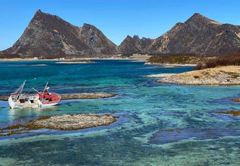 Strandet: Det er grunt der sjarken ligger. På fjære sjø går det an å gå helt ut til den.