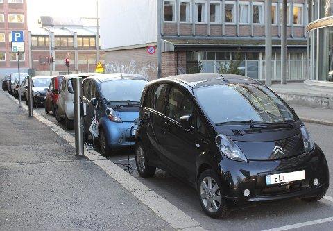 LADER I GATENE: I Oslo har kommunen satset stort på å etablere ladepunkter på gateplan, og har per i dag cirka 1114 av dem, i tillegg til ladepunkter i parkeringsanlegg.FOTO: OSLO KOMMUNE