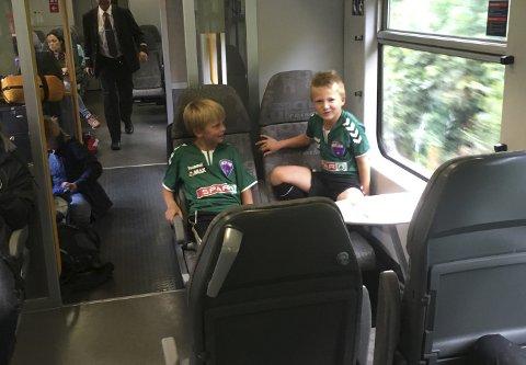 Simen Eman (7) og Antonio Heggland Mathiesen (7) venter på at toget skal begynne å kjøre.