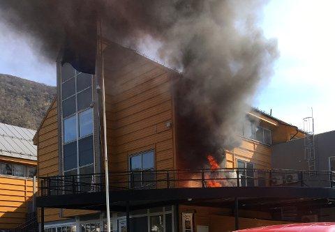Det var åpne flammer på terassen utenfor Øyrane Torg skjærtorsdag ettermiddag.