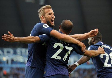Tottenhams  Lucas Moura jubler sammen med Harry Kane etter å ha scoret mot Manchester City.  (AP Photo/Rui Vieira)