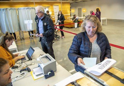 Henny Steffensen (62) og Svein Ove Steffensen benyttet anledningen til å levere forhåndsstemme på Ikea samtidig som det skal handles.