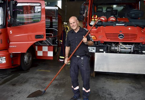 Brannmester ved Bergen brannvesen hovedstasjon, Jan Aase (57) viser et redskap mange nok kan forveksle med en feiekost. - Disse ble helt avgjørende under brannen på Løvstakken, sier Aase.