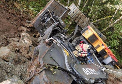 En gravemaskin falt utfor veien i Stalheimskleivane på Voss torsdag ettermiddag.  – Gravemaskinen falt 10 til 15 meter, sier operasjonsleder Per Algrøy.