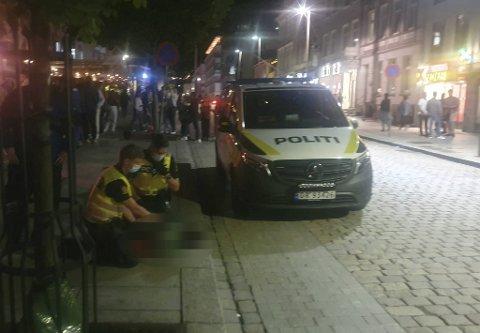Politiet måtte legge en ung mann i bakken utenfor Fotballpuben fredag kveld.