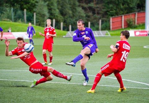 Arve Walde var i flere sesonger sentral for Fyllingsdalen, her fyrer han løs mot  Brann 2 i 2013. Nå er han tilbake, for Sund i 4. divisjon.