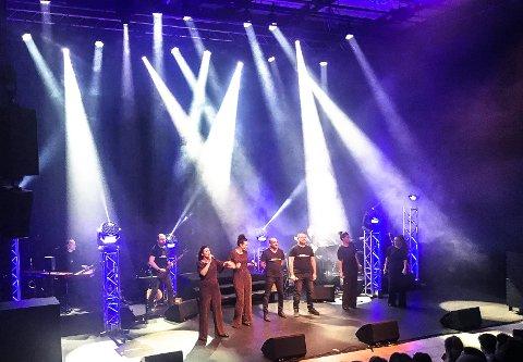 THE AMAZING WANNABEES: Bandet: Helge Nystedt (tangenter), Øyvinn Pedersen (sax), Ole Kristian Odden (gitar), Eirik Kolsrud (bass) og Pål Pettersen (trommer). Sang: Anne-Kat Håskjold, Lena Grøtterud, Kjetil Ramberg, Runar Wam, Ane Flåterud Granli og Camilla Jevne. KOnfransier Aase Kristin Andreassen.