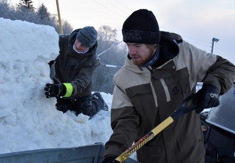 BYGGER HOPP: Mikkel Aspelien (til v.) og Elias Bergseth Aaboen elsker jobben sin som skiparkbyggere. - Vi får jo være ute i frisk luft absolutt hele tiden, sier de.