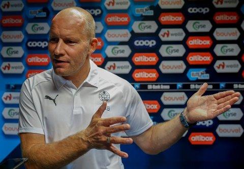 MÅ FULLFØRE KAMPENE: SIF-trener Henrik Pedersen har jobbet hardt i landslagspausen for å få spillerne til å spille kampene helt ut, og ikke glippe på avgjørende detaljer på slutten av kampene.