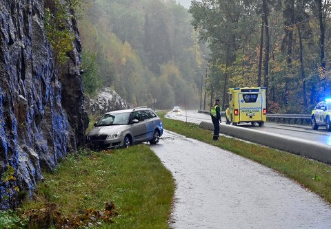 Det er mistanke om uaktsom kjøring etter at en bil havnet i fjellveggen langs Ringeriksveien fredag morgen.