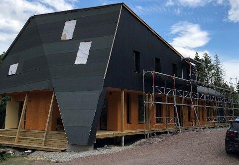 LEGGER TAK: Arbeidene med å legge tak har nettopp startet på den nye Stronghytta i Drammensmarka.