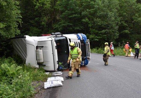 En lastebil har veltet på Søndre Sætrevei. Det skaper trafikale problemer mandag kveld.