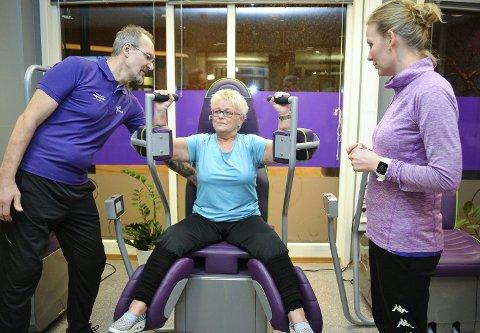 TRE GANGER: Kathe Koch (61) har diabetes og trener tre dager i uka. Da hun var hos legen fikk hun spørsmålet hva hun hadde gjort. – Trent regelmessig, var svaret. Her får Koch veiledning av to av eierne av Feel Good, Renate Skogly og Espen Mabro Trana.