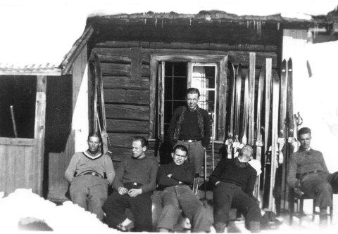 Skotselv: Skotselvinger på påsketur på Norefjell i april 1937.  Sittende fra venstre ser vi Antoni Røgeberg, Olav Thovsen, Gunnar Semb, Odd Bergan og Alf Gran.  Bak står Juritz Røgeberg.  Bildet er tatt på Omlidplassen. Kilde: Eiker Arkiv.