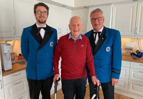MUSIKK I LIVET: Formann i HMF, Snorre Engen Bigseth, og dirigent Odd-Harald Mathisen setter stor pris på æresmedlem Thor Tuv.