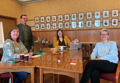 GLAD GJENG: Prosjektgruppa hadde sitt første møte tirsdag 27. april. Det gikk visst meget bra. Eva Ulriksen sitter til høyre.