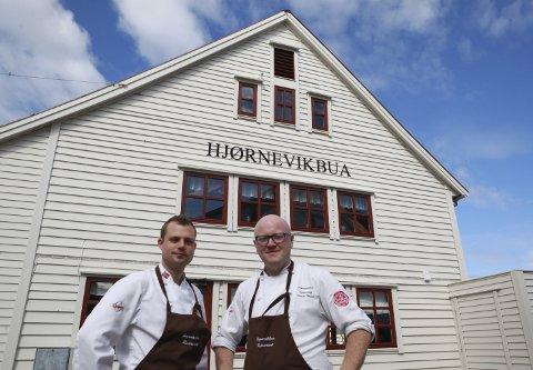 Suksess: Kokkane Kent Ole Strømsøy og Sondre Strand tok over drifta av Hjørnevikbua restaurant 1. januar, og har hittil hatt ein strålandes suksess. Foto: Sunniva Knutsen