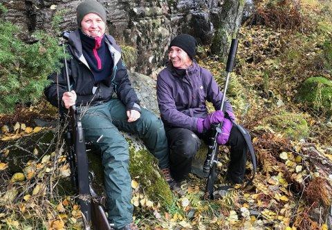 Søstrene Nina og Berit Seljestokken har gått på hjortejakt sidan dei var 18 år gamle.