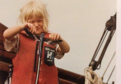 Ei lita jente starta dagane med å plukke flygefisk på dekk under overfarten med Vestørn.