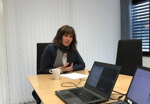 TELEFONMØTE: Fylkesordførar Jenny Følling (Sp) leia telefondiskusjonen om overdraginga av dei siste Fjord1-aksjane frå eit møterom på Hermansverk.