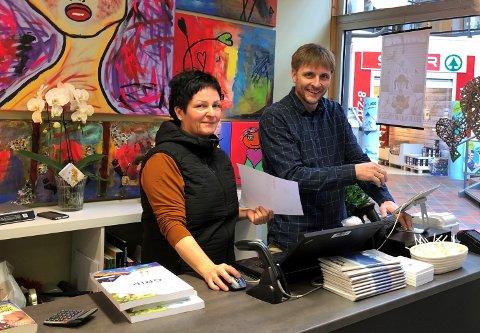 SEL BUTIKKEN: Både Mariann Viken Oppedal og Jan Øystein Oppedal er frå Viksdalen. Når dei no prøver å selje butikken, er det for å kunne flytte nærmare familien.