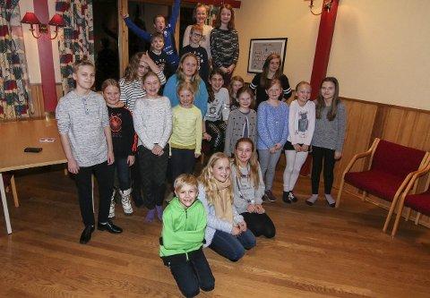 NY FORESTILLING: Gressvik Sang og Teater samlet over 20 unger denne uken, men tar gjerne inn ille mange flere til «Pirates of the curry bean». Troppen øver på Dagningen på Gressvik.Begge foto: Thomas Hörman Arntsen