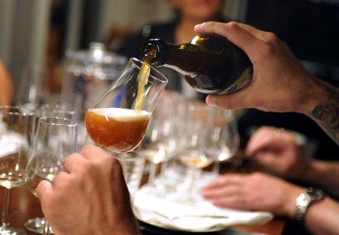Må betale: Alkoholloven fastsetter et gebyr for alt som selges og skjenkes av alkoholholdige drikkevarer på steder med bevilling.