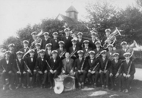 Lisleby Musikkorps fotografert ved Gamle Glemmen kirke i 1929.