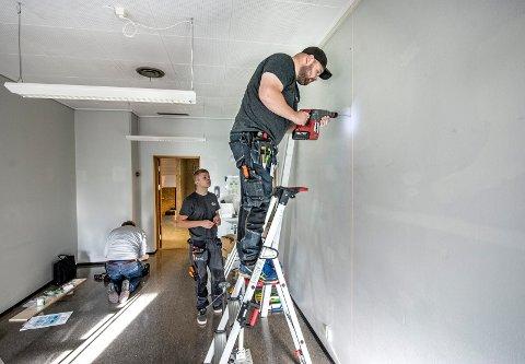"""Mange oppdrag: Installatøren har både små og store kunder. Her er de hos en av de store. Elektriker Stian Johnsen og lærling Marius Behrens installerer strøm og AV-utstyr til et møterom for Sykehuset Østfold-administrasjonen i """"Tuneteknikern-bygget"""" i Sarpsborg."""