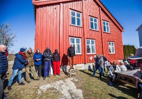 """Leder av Hvaler kulturvernforening, Paul Henriksen (på krakken), var naturlig nok stolt over at de endelig kunne ønske velkommen til """"nye"""" gamle Brekke skole."""