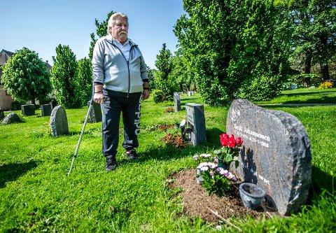 FINE STUNDER: For Per Arne er fredagsbesøkene på graven til kona Torill veldig viktige. - Det føles godt å ta den lille praten.