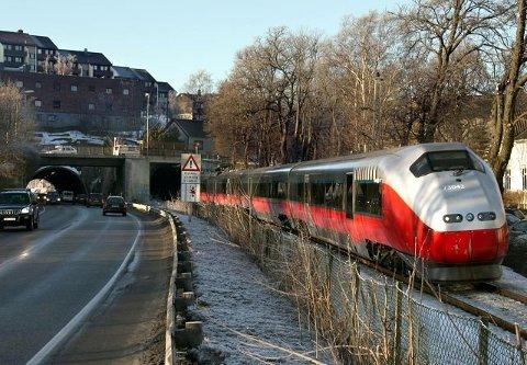 Tar lang tid: Vi må leve med dagens jernbaneløsning lenge. Hvis utbyggingen ikke kan starte før etter 2028, vil vi ikke få ny stasjon før på 2030-tallet. (Arkivfoto: FB)