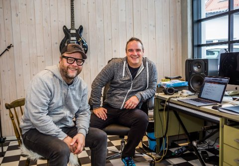 Rino Johannessen (t.v.) og Odd René Andersen gir sammen ut plate med bandet The Close Shaves, bestående av musikere fra hele Norge, 10. oktober. Plata er laget under koronapandemien.