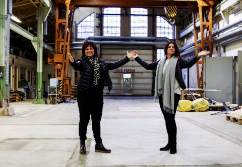 Kontraster: Regissør Birgithe Røed Jonsrud og produksjonsleder Linda Berglund skal forandre Artilleriverkstedet til et festlokale med runde bord og hvite duker, lysekroner, glitter og glam.