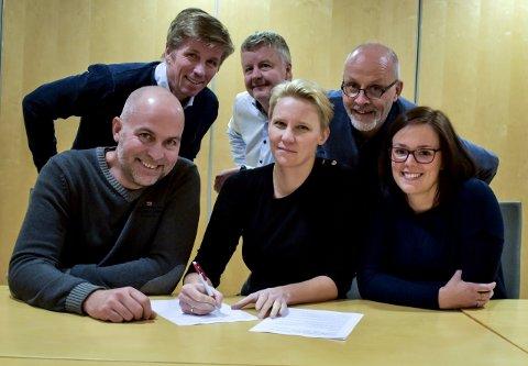 UNDERTEGNET: Det felles budsjettforslaget ble underskrevet av Svein-Erik Figved, Are Karlsen, Michael Bo Bergman, Eddy Robertsen, Maria-Karine Aasen-Svensrud og Henriette Sørbøe Andreassen.