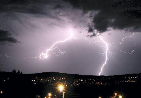 LYNNEDSLAG: Det er voldsomme krefter i sving når lynet slår ned. Bildet er fra et voldsomt tordenvær som veltet over Kongsvinger i 2008. Foto: Kasper Wold Eriksen