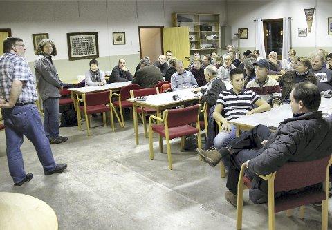 FULLT HUS: I overkant av 50 austmarkinger møtte opp da posisjonspolitikerne Ole Martin Knashaug (t.v.) og Øystein Hanevik inviterte til folkemøte.FOTO: SIGMUND FOSSEN