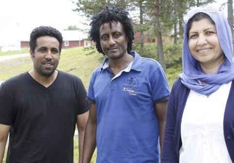 VEIVISERE: – Hvordan kan vi betale tilbake? tenker Biniam Hadgu Habtezion, Yonatan Arefaine og Naila Abdiani, som gleder seg over å ha jobb og mulighetene i et nytt liv.bilder: britt-ellen negård