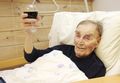 SISTE SKÅL: George Melford Nygaard var Norges eldste mann. Tirsdag døde han på Roverudhjemmet.FOTO: SIGMUND FOSSEN