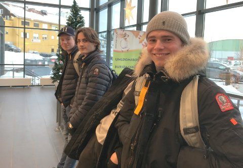 KINO OG STREAMING: – Vi går på kino omtrent én gang i måneden, men vi streamer mest hjemme. Da ser vi serier, sier Edvard Sletbakken med Eirik Judin Hovland og William Solberg (bak). Alle er elever ved KUSK i Kongsvinger.