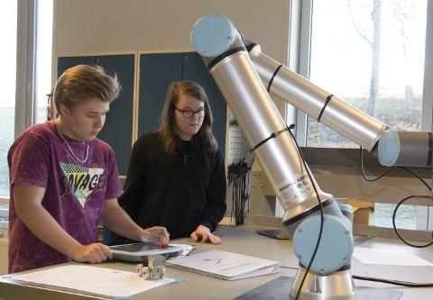 ROBOTPROSJEKT: VG2-elevene Sivert Lund (til venstre) og Harald Werner er godt i gang med robotprosjektet Sentrum videregående skole er blitt involvert av Glamox Luxo til å gjennomføre.