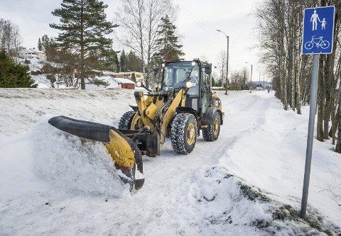 RENSkER: Ingvar Gaustad fjerner snøen på gang og sykkelveien langs Øvre Langelandsveg etter det forrige snøfallet.