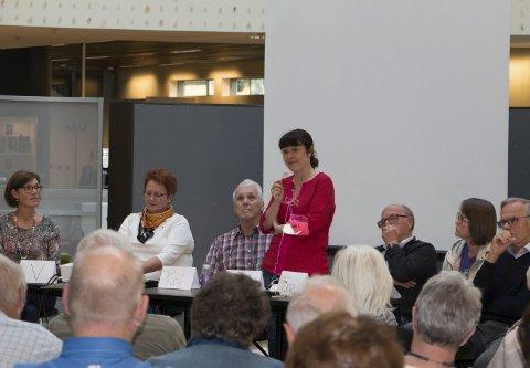 POLITISK PANEL: Lokalpolitikerne redegjorde for sitt syn på hotellplanene i Byparken. Fra venstre Inger Noer (V), Elin Såheim Bjørkli (Ap), Thor Ringsbu (KrF), Eli Wathne (H), Kjell Arne Hanssen (Frp) Anne Margrethe Sørli-Bolneset og Eirik Ross (Pensjonistpartiet).