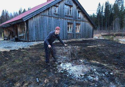 DRAMATISK: For andre så det dramatisk ut, men Oddvar Tjelta tar brannen rett utenfor huset sitt med knusende ro.