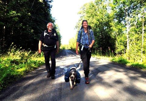 SKOGPILEGRIM: – Jeg går i sneglefart, akkurat som skogvernet, sier Trude Myhre. På etappen fra Brøttum til Lillehammer går hun sammen med Knut Laasbye og hunden Coco.  Alle foto: Ingunn Aagedal Schinstad