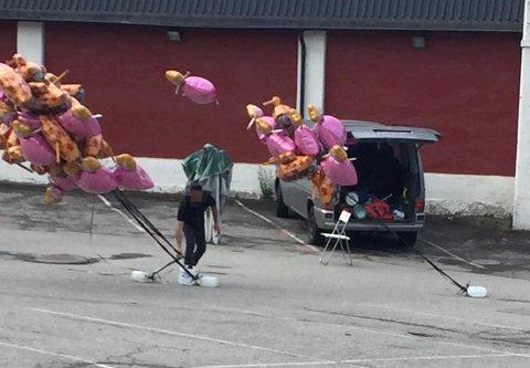 HELIUM: GD fikk 17. mai flere tips om at personer solgte heliumballonger i Lillehammer sentrum. Dette bildet ble tatt ved 09-tiden torsdag.