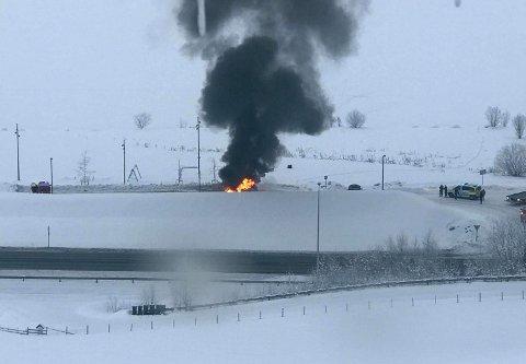 Røyken veltet opp av en bil som tok fyr like ved E6 i Fåvang.