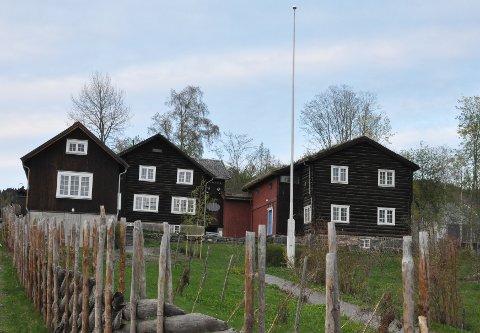 Sigrid Undets hjem Bjerkebæk ved sesongstart 2019. Til venstre Gjestehuset,  ved siden av Røssumstua og Dalsegstua.