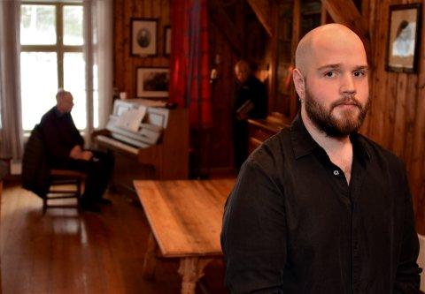 Ola Bjørn Grimstad synger mens Hans Hjelmstad håndterer pianoet. Foran står Kaare Ruud.