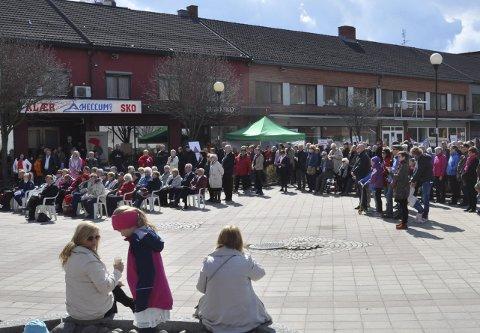 17. mai 2015: Mye folk var samla i Brandbu i fjor. Arrangørene legger opp til et enda bredere arrangement i år. Arkivfoto